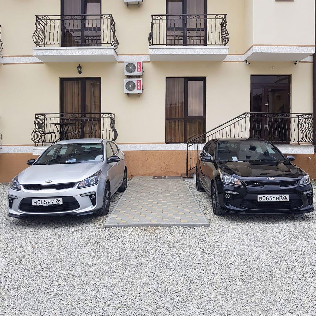 Два автомобиля Kia для трансфера гостей
