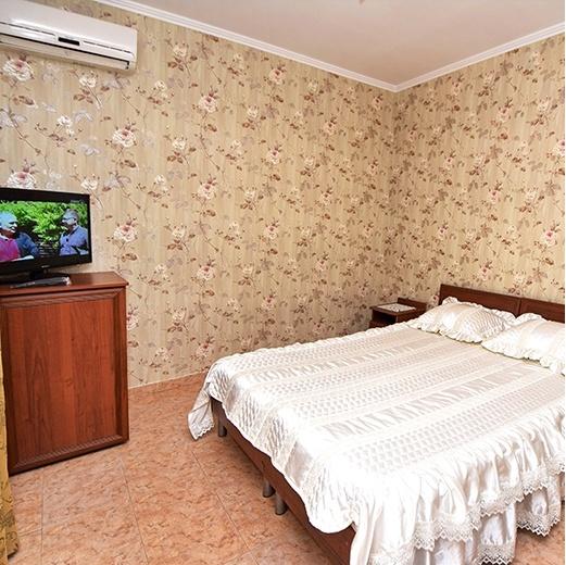Комната с телевизором и кондиционером